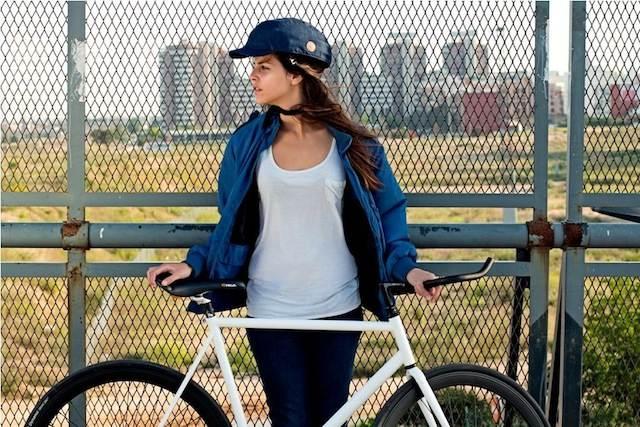 Chica con el casco Closca