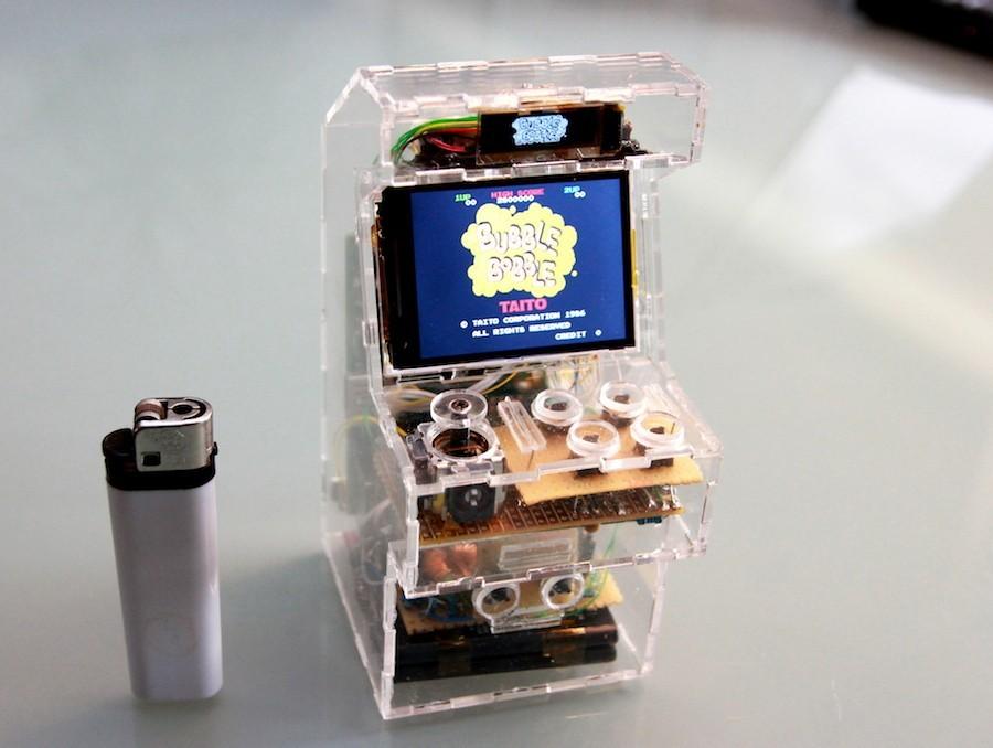 Aficionados de todo el mundo están usando Raspberry Pi para crear cualquier dispositivo electrónico imaginable, como esta micro máquina de videojuegos arcade. Y no sólo eso, también cuentan cómo lo han hecho en su web.