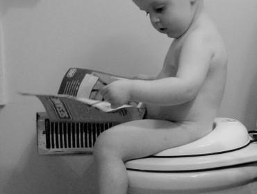 Niño leyendo en el WC