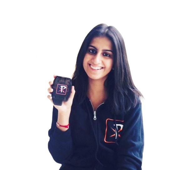 Karishma Nagar, cofundadora de Pixeom muestra el dispositivo.