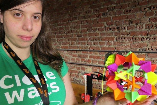 Nuria Almodóvar, de CloneWars, con una de las piezas creada con Black Knight.