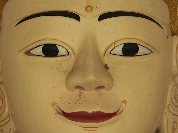 Cara sonriente del Budha