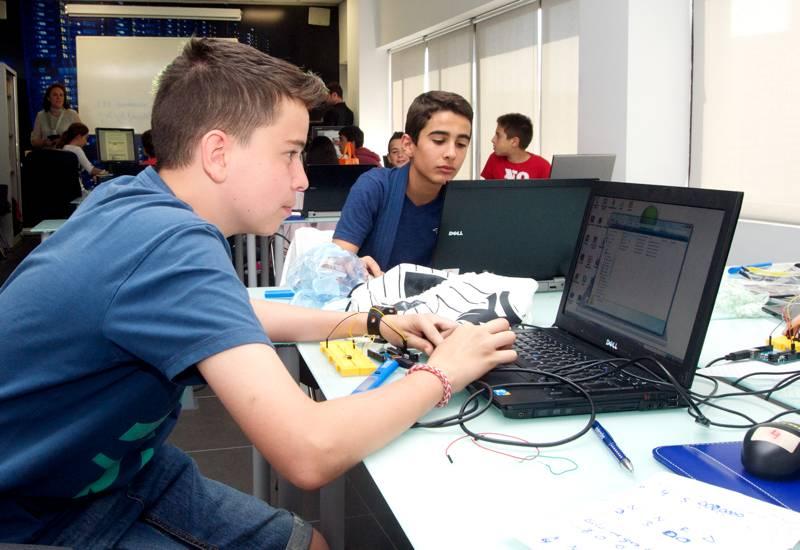 Trabajando durante el desarrollo de los talleres. En este caso, están aprendiendo electrónica con Arduino.