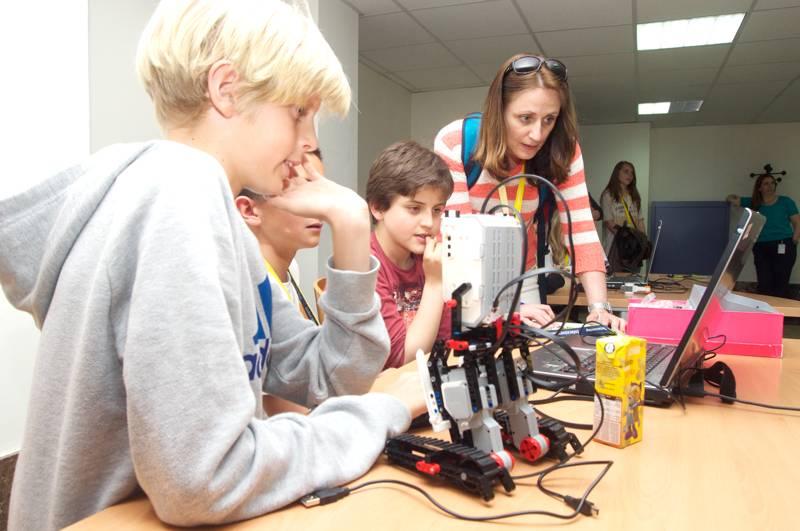 Los más pequeños nos muestran ilusionados sus avances con el robot de Lego que han construido y programado.