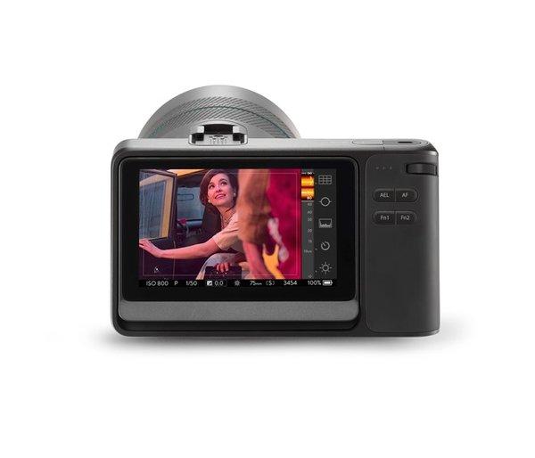 La pantalla táctil de la Lytro Illum permite realizar varios ajustes sólo con unos toques en la imagen que aparece en ella, de la misma manera que sucede con la cámara de un teléfono móvil