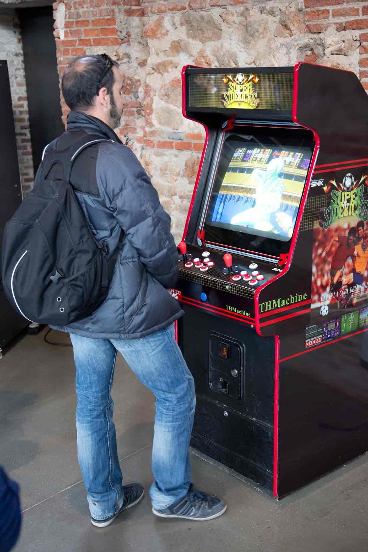 Había máquinas que, al menos en apariencia, eran verdaderos arcades como este de El Rincón de TeHaCHE. No dejéis de fijaros en la pose del jugador ¡totalmente de época!