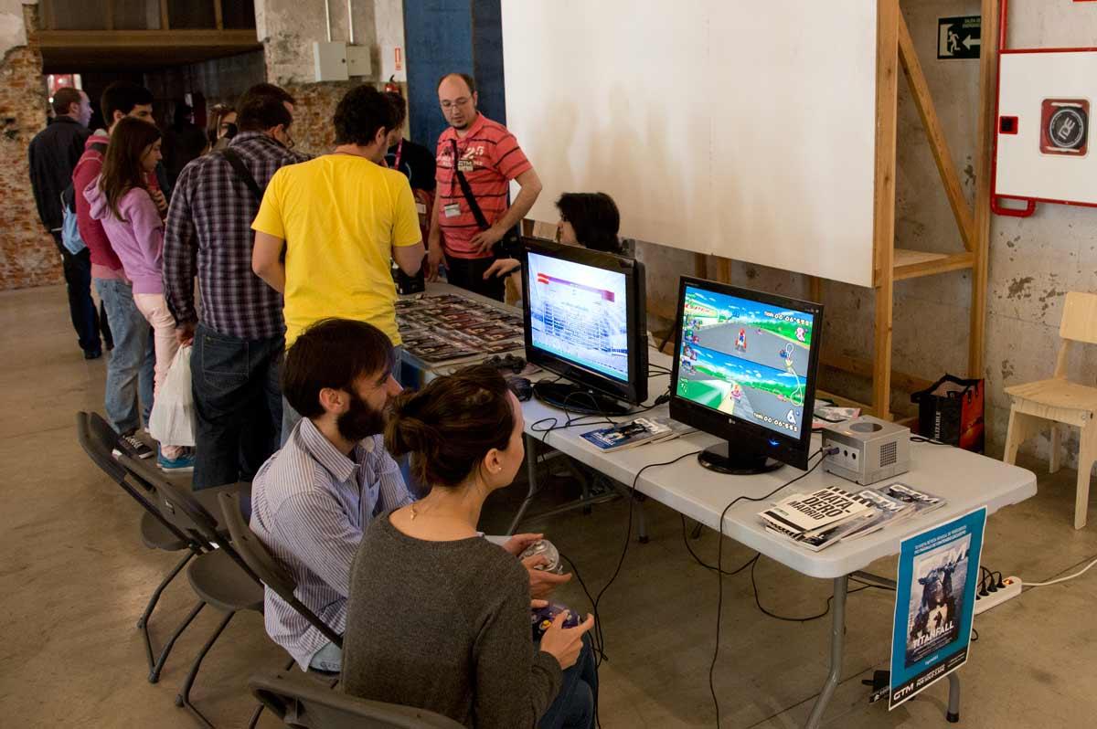 En muchos expositores, como aquí en el de GTM-Games Tribune, podías probar tu suerte con el joystick en la mano.