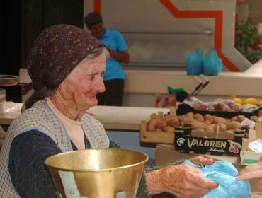 Anciana vendedora de fruta