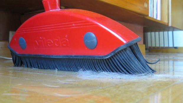El cepillo de goma aglutina los pelos y es más difícil que se distribuyan por toda la casa.