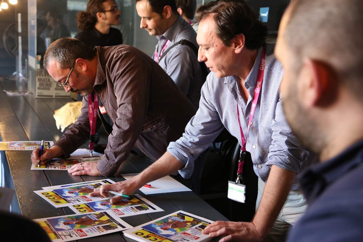 Paco Delgado y Amalio Gómez montaron una (importante) aglomeración sin pretenderlo cuando se ofrecieron a dedicar reproducciones de la portada del número 1 de Micromanía a los asistentes.