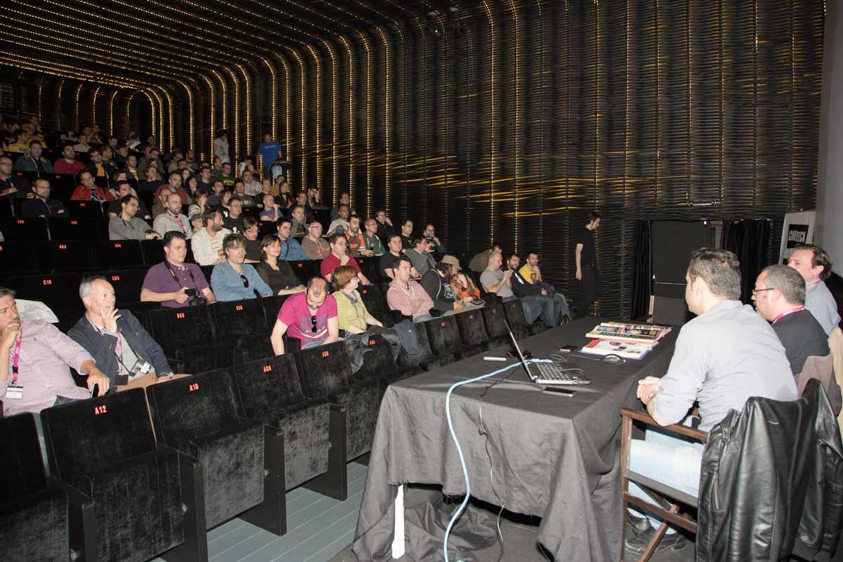 La sala de la Cineteca estaba repleta de aficionados. La edad media sugiere que su relación con Micromanía empezó cuando estábamos todos en el colegio.