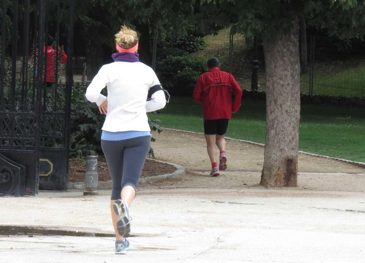 Mujer corriendo en el parque de El Retiro.