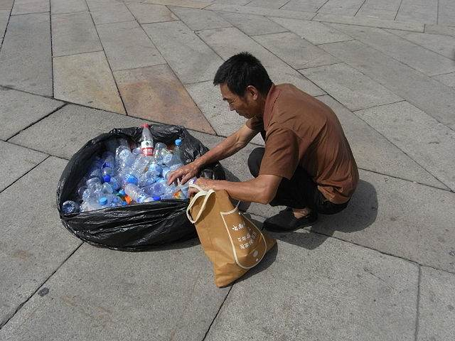 Reciclador de botellas de la plaza de Tiananmen. Autor: