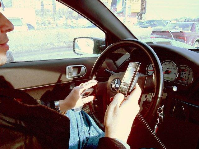 Si no se toman las medidas de seguridad adecuadas, el móvil puede ser un riesgo. Imagen: Ed Poor.