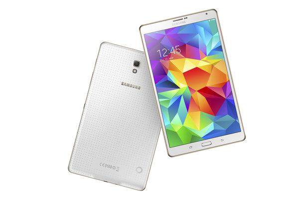 La parte posterior de los tablets Samsung Galaxy Tab S, disponibles en blanco deslumbrante y cobre titanio, tiene un acabado microperforado.