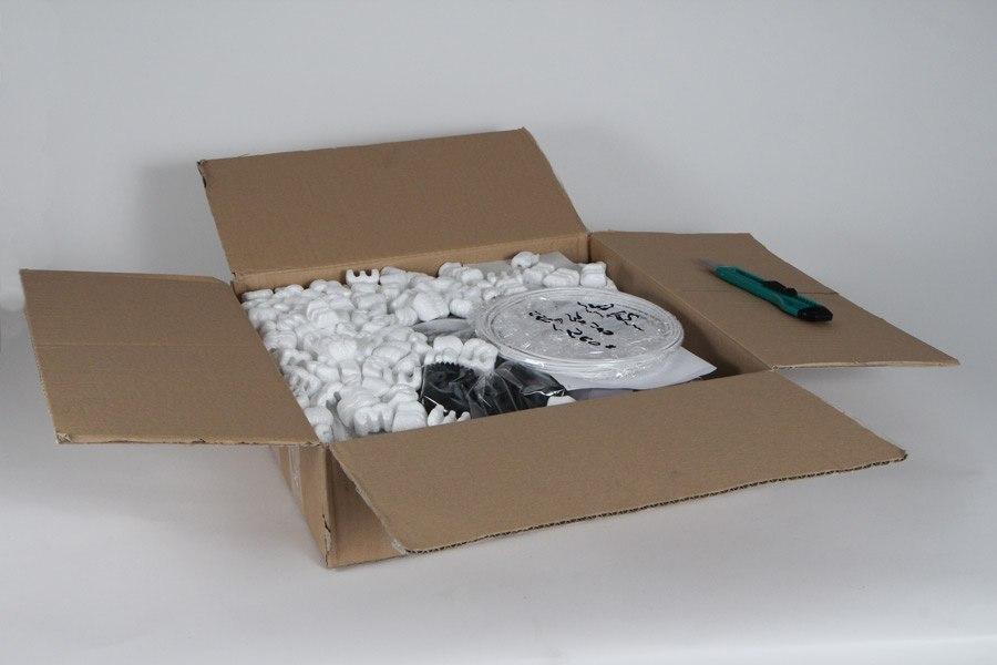 ¿Intrigado por el contenido de la caja? Lo primero que puedes ver es que viene todo perfectamente protegido y almacenado en bolsa. La pequeña bobina que ves en la parte derecha es un poco de filamento para tus primeras pruebas de impresión 3D.