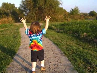 Niño corriendo feliz