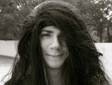 Hombre con el pelo largo