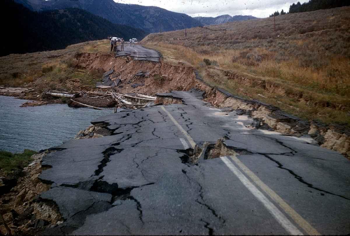 Carretera rota por terremoto