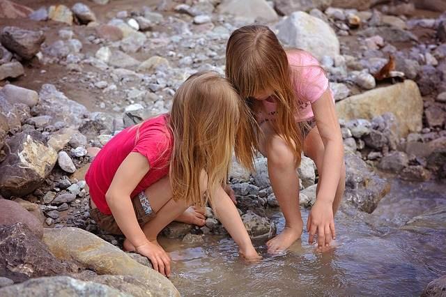 Niñas en el agua