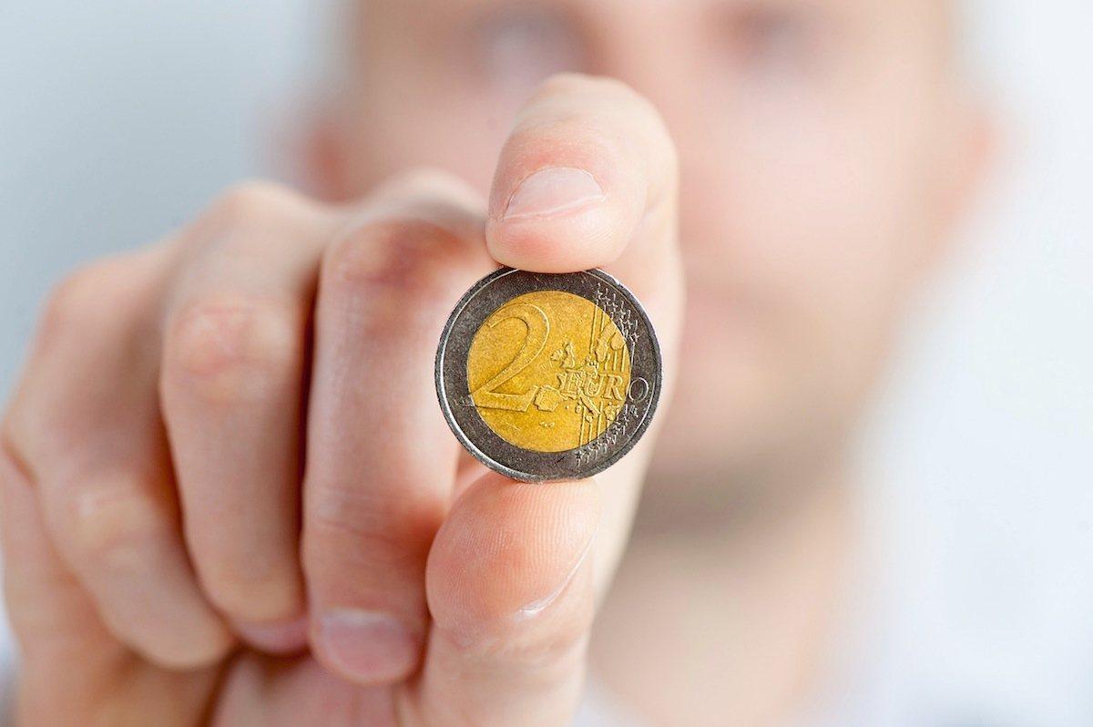 Casi la mitad de los españoles todavía prefiere pagar en efectivo