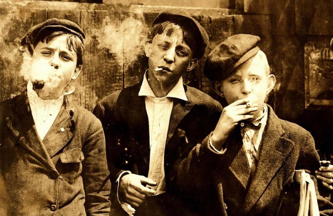 Niños fumando en 1910