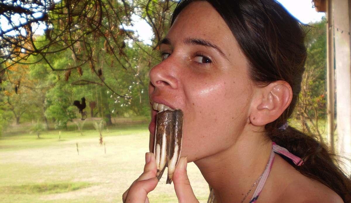 Chica sujetando un molar fósil